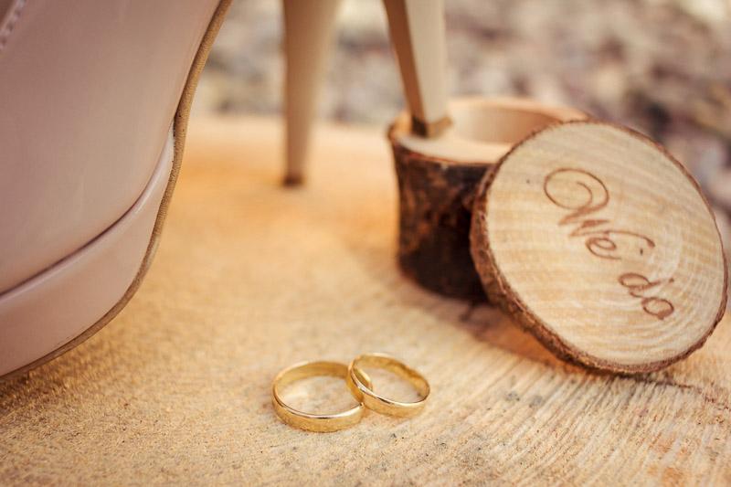 złote obrączki na drewnie